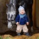 Baby og hest på stall