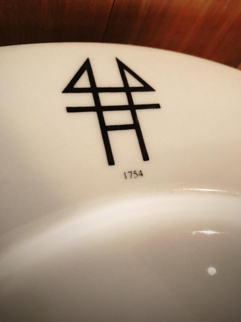 Moldegaard logo på tallerken